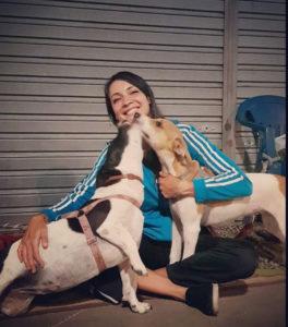 Mulher com cadelas na rua