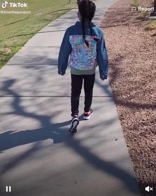 menina 7 anos indo encontrar melhor amiga parque