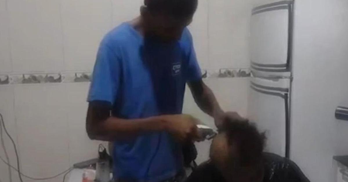 filho raspa cabeça mãe