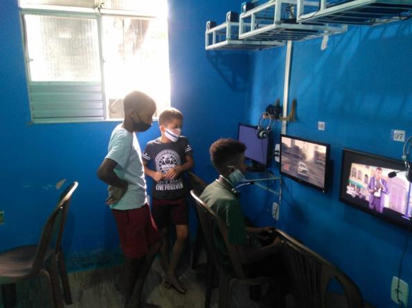 três meninos jogam videogame game house periferia salvador bahia