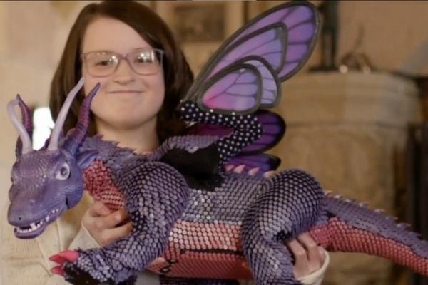 garota com dragão robótico