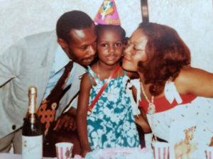 pais com filha em mesa aniversário