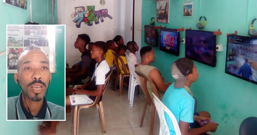 garotos jogam videogame game house periferia salvador bahia