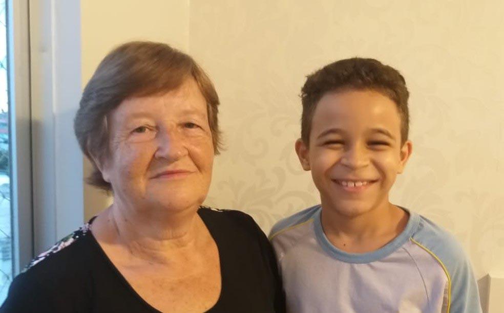 avó e neto sorrindo