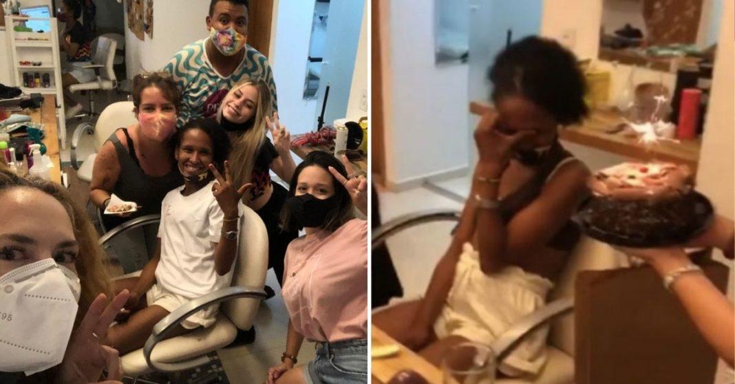 Mulher chorando ao receber bolo de aniversário e mulher com outras do salão de beleza