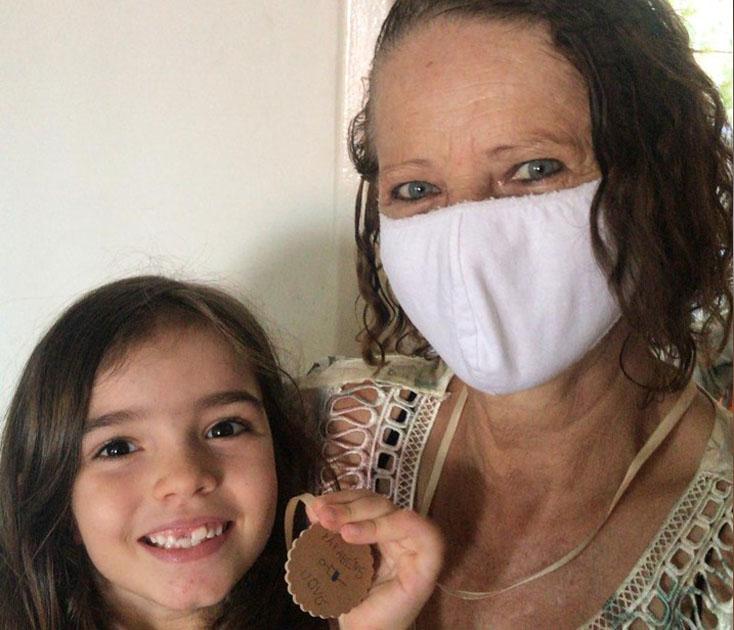 neta segura medalha de papelão com avó vacinada coronavírus