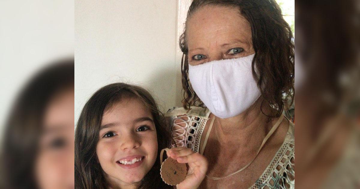 neta segura medalha de papelão avo vacinada coronavírus