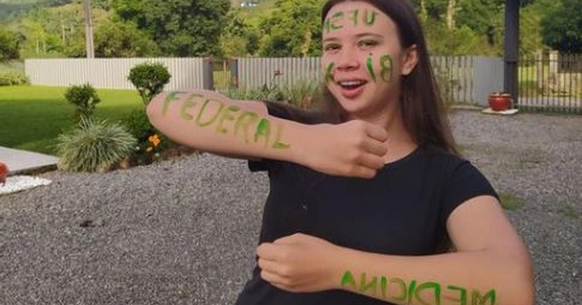 menina pinturas corpo passou universidade Medicina