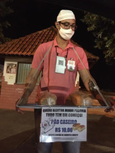 Homem vendendo pães caseiros
