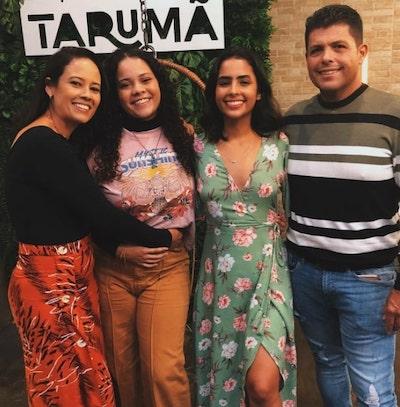 Alana, seus pais e irmã mais nova na comemoração de seus 18 anos