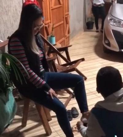 Homem faz massagem nos pés da esposa