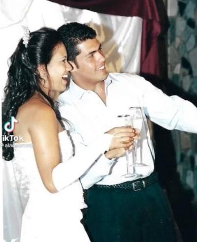 Noiva e noivo posam para foto durante brinde
