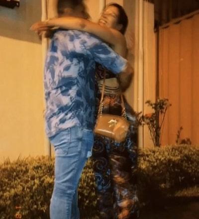Casal apaixonado se abraça no portão