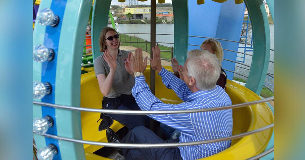 pai brinca com filha autista em parque diversão inclusivo