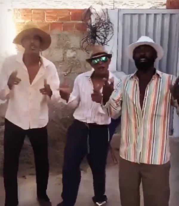 pedreiros brasileiros cantam Queen