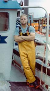 Pescador posando em foto em barco