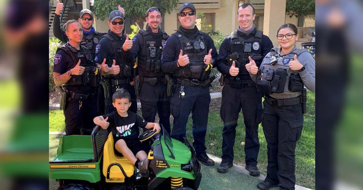 policiais presenteiam menino mini trator elétrico