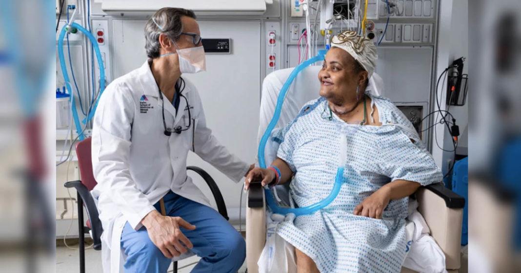 cirurgiao olha para paciente primeiro transplante traqueia mundo