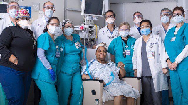 médicos reunidos paciente primeiro transplante traqueia mundo