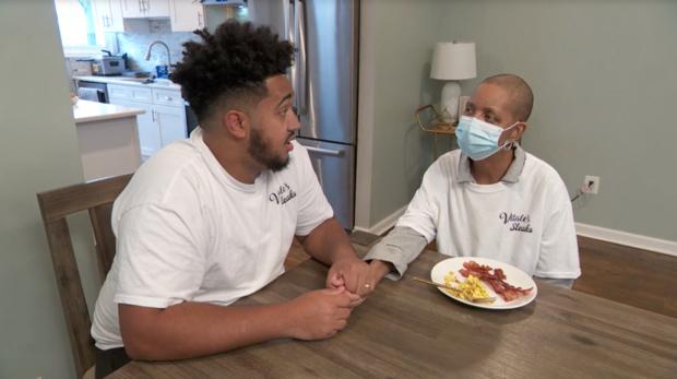 mãe com câncer terminal e filho conversam em mesa