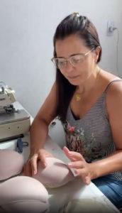 Mulher costurando sutiã