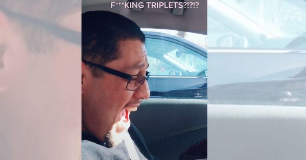 pai surpreso em carro olhando ultrassom trigêmeos