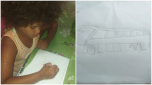 Menino desenhando ônibus