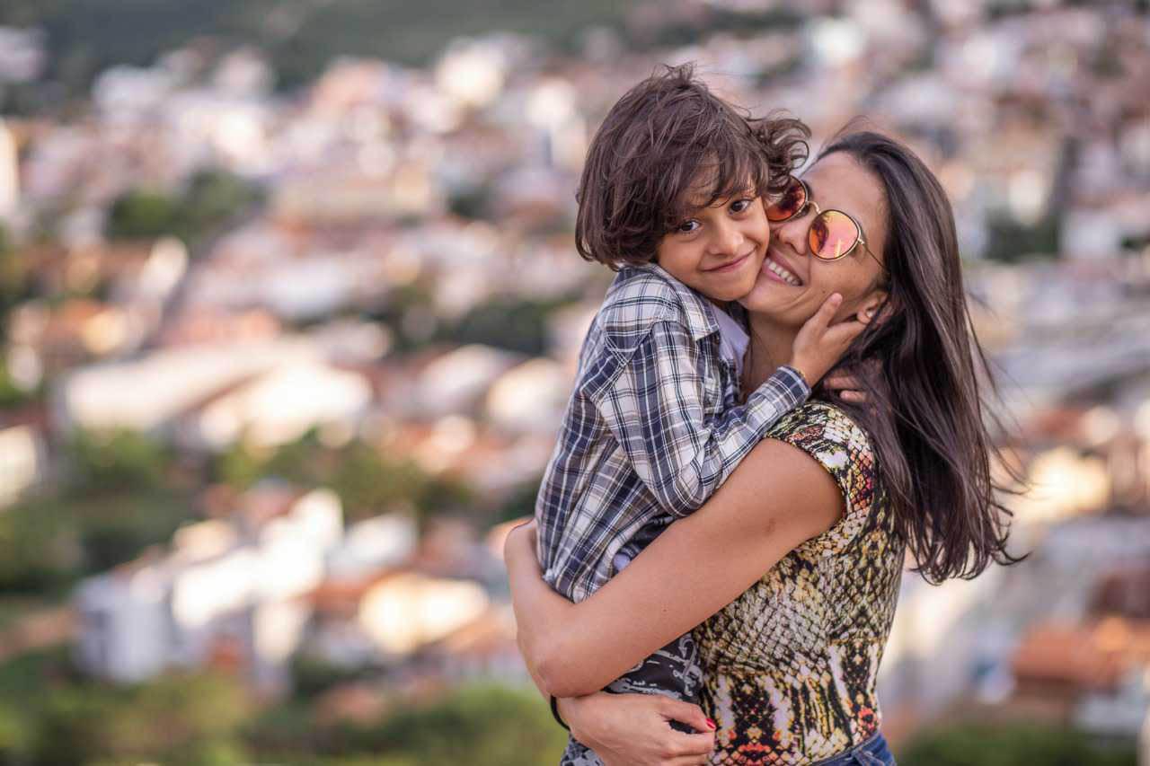 filho abraçado mãe