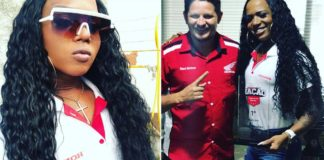 mulher trans segura troféu melhor vendedora marca motos