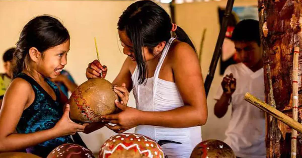 crianças indígenas confeccionam instrumentos musicais