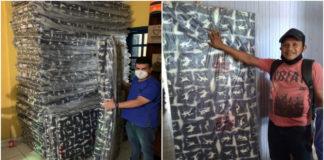 Homens seguram colchões doados