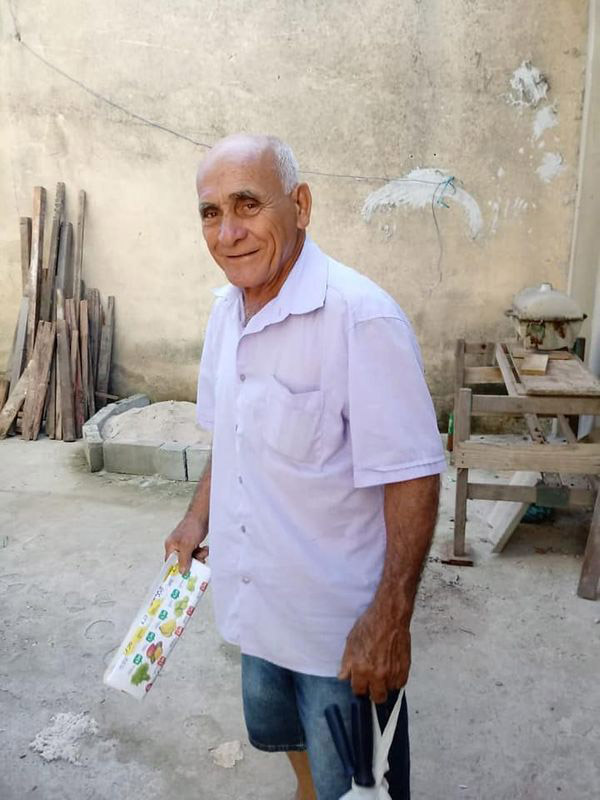 técnico de fogões sorrindo após foto dele trabalhando viralizar