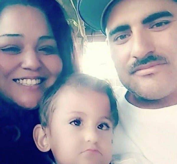 casal com filho sorrindo foto