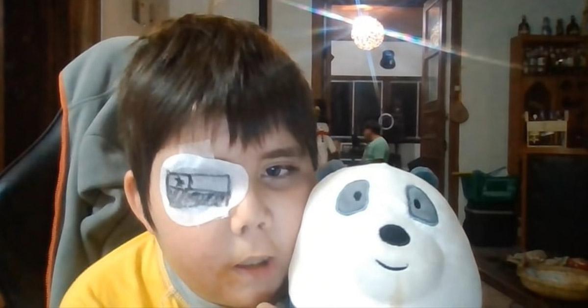 menino youtuber segurando urso panda vídeo canal