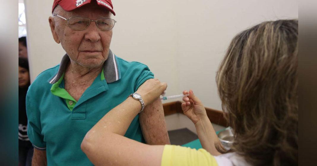 idoso recebendo vacina da gripe