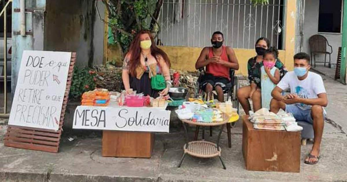 vizinhos organizam mesa solidária doação alimentos