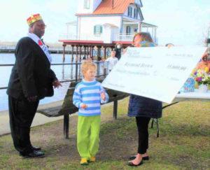 Homem recebendo cheque gigante