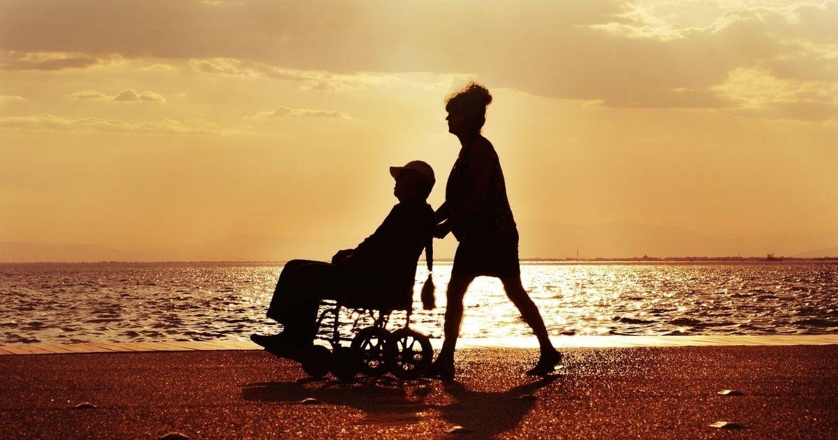 pessoa em cadeira de rodas praia