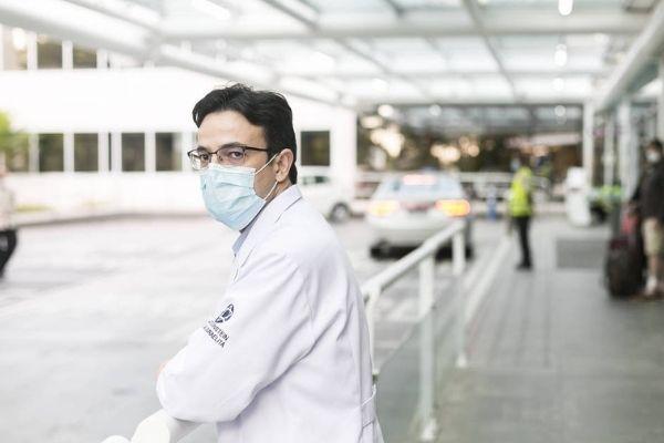 médico parte de fora hospital