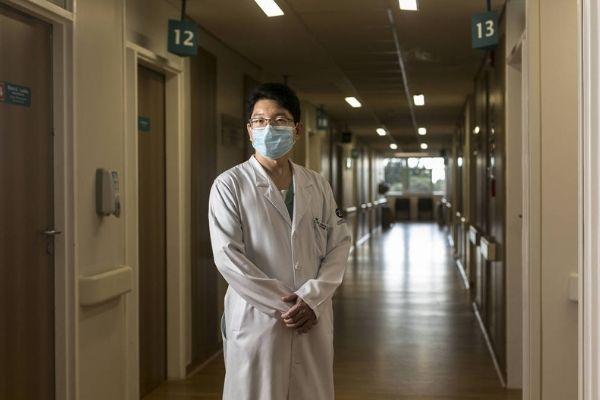 médico em corredor hospital