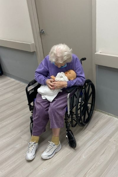 idosa com sua bonequinha