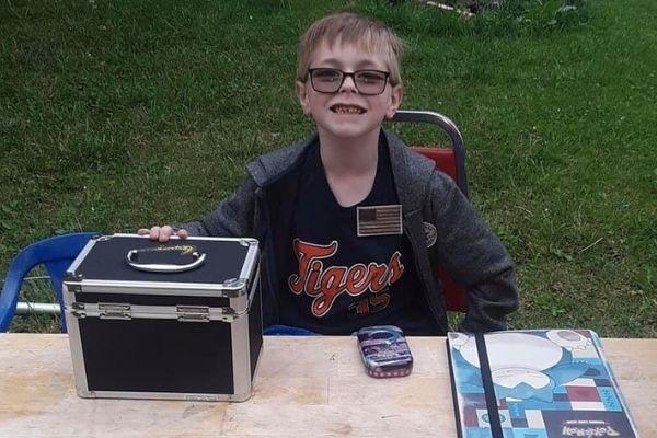 menino venda cartas Pokémon