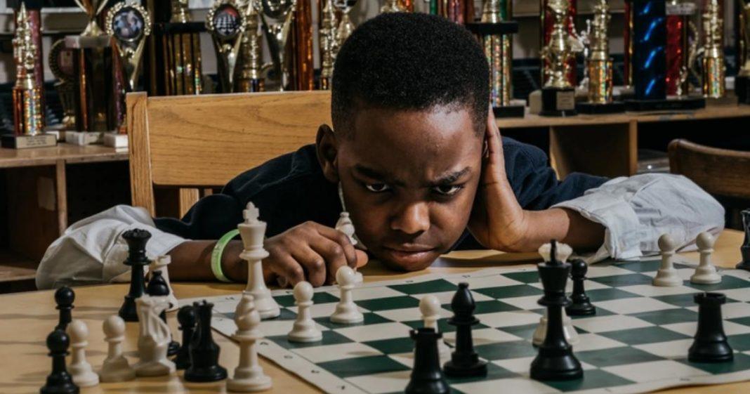 menino nigeriano jogando xadrez