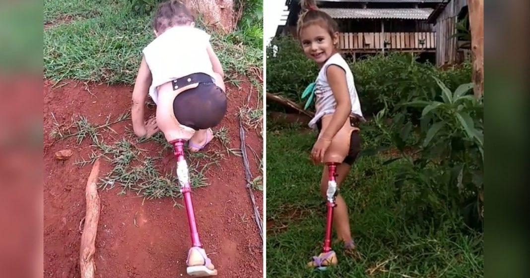 menina sobe morro de terra