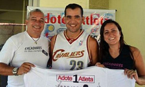 Eduardo e Iara, os Caçadores de Bons Exemplos, com Cláudio, fundador do Adote 1 Atleta