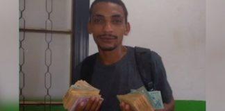 homem mostra dinheiro foto