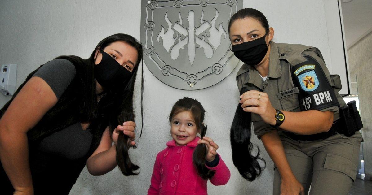 menina com cabelos doados, mãe e guarda