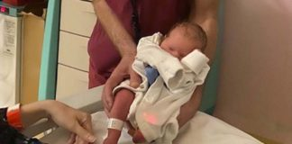 profissional segura bebê em hospital