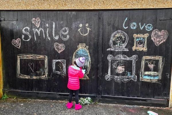 desenhos levam esperança para vizinhança