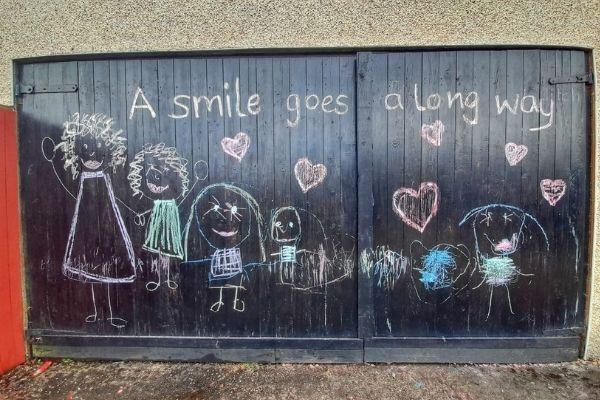 desenhos e escritas em porta